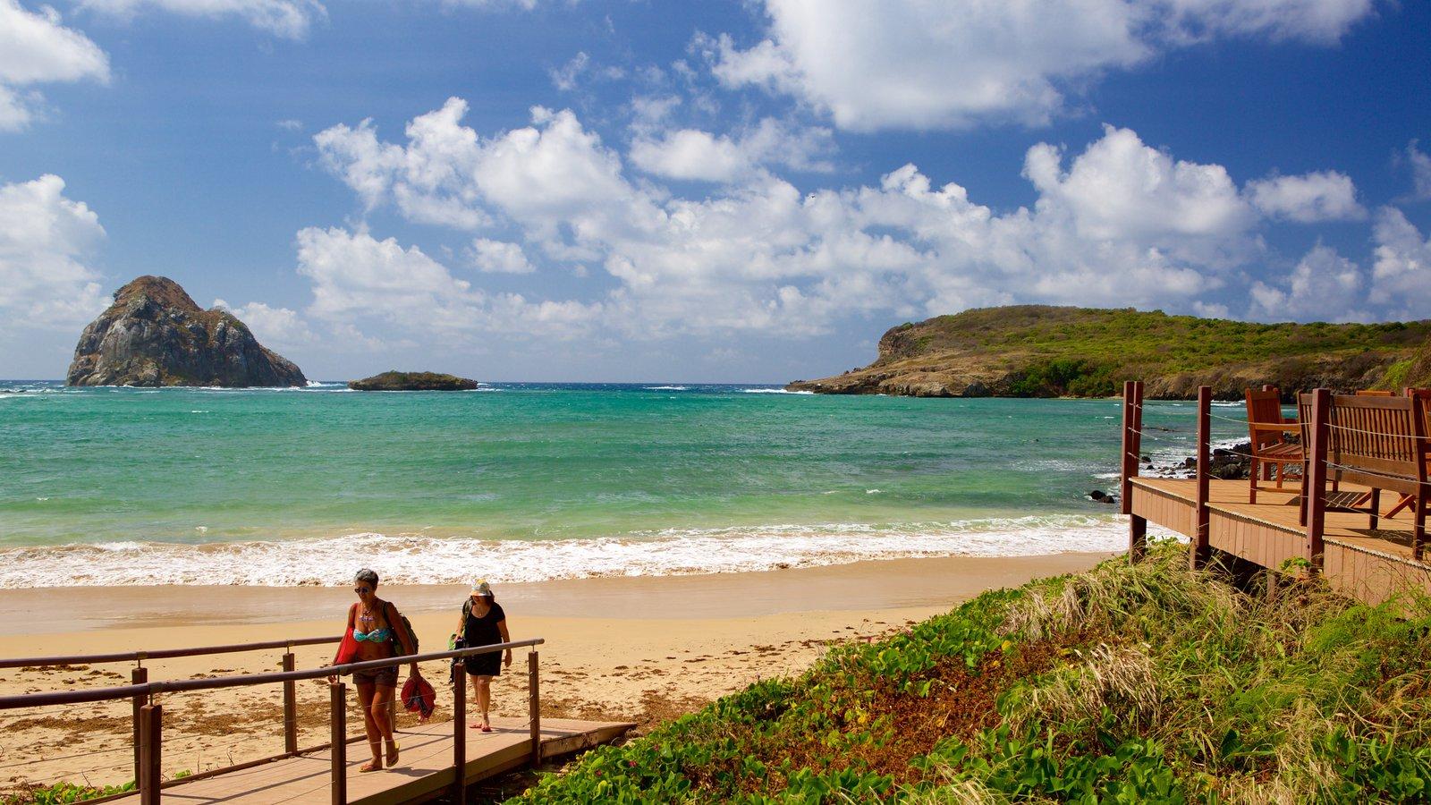Praia do Sueste caracterizando paisagens litorâneas e uma praia de areia assim como um pequeno grupo de pessoas
