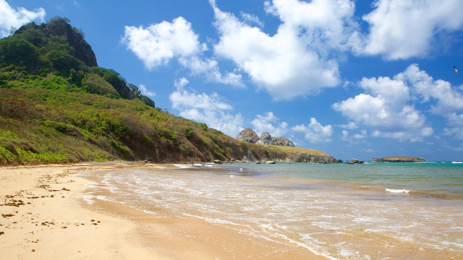 Praia do Sueste caracterizando paisagens litorâneas, montanhas e uma praia de areia