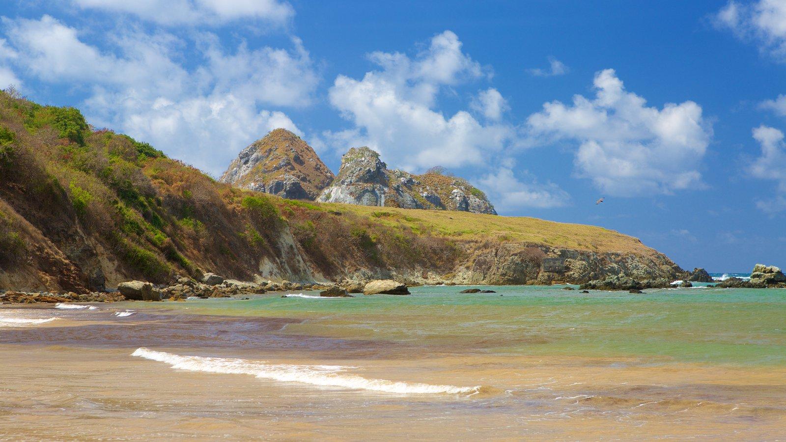 Praia do Sueste mostrando montanhas, paisagens litorâneas e uma praia