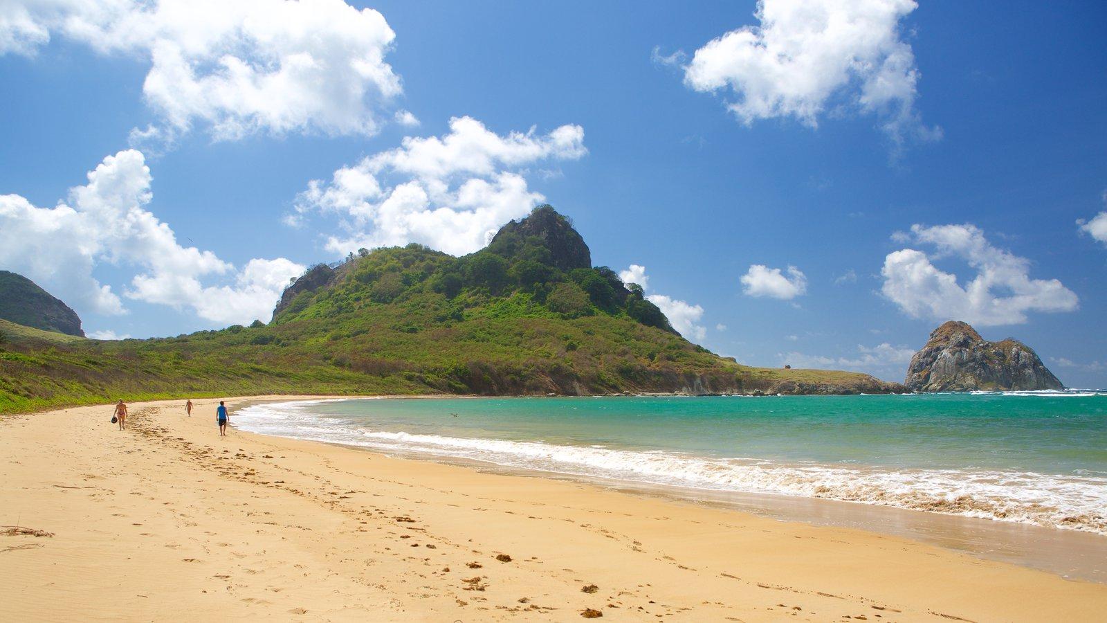 Praia do Sueste caracterizando uma praia, paisagens litorâneas e montanhas