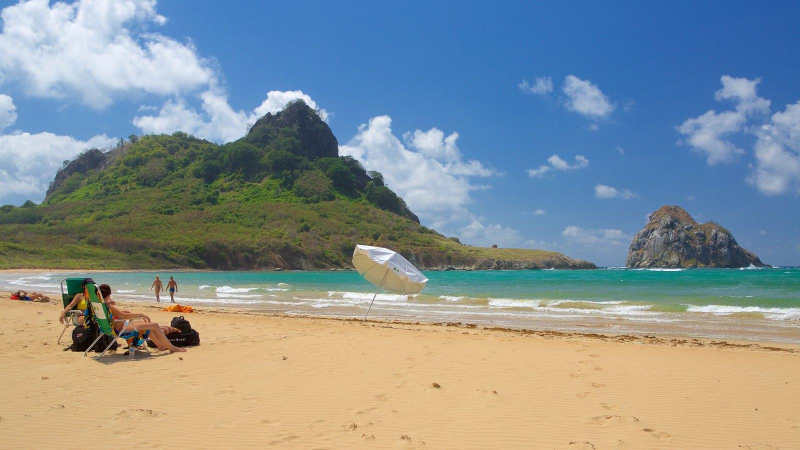 Praia do Sueste que inclui uma praia de areia, ondas e paisagens da ilha