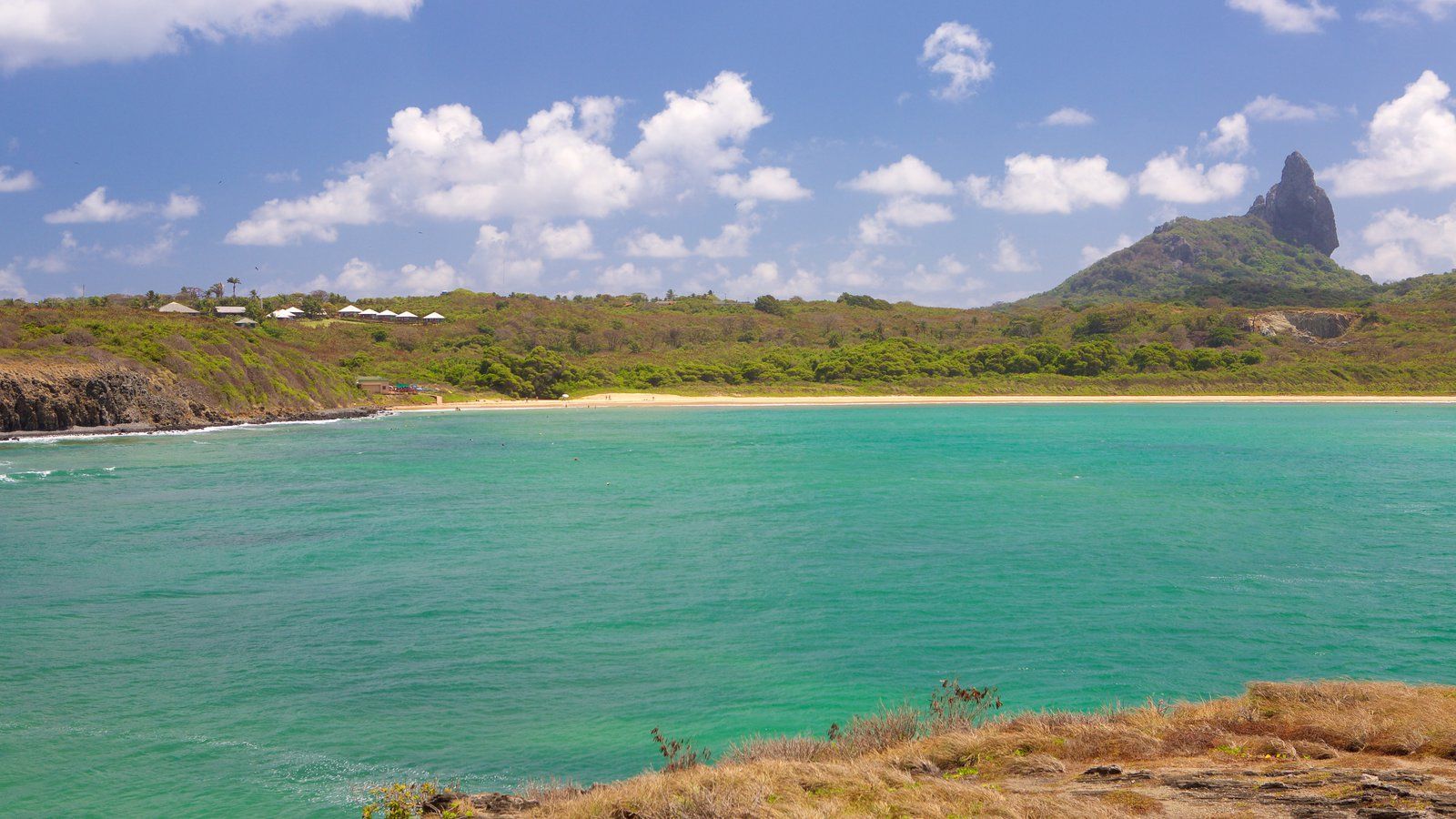 Praia do Sueste caracterizando uma praia, montanhas e paisagens litorâneas