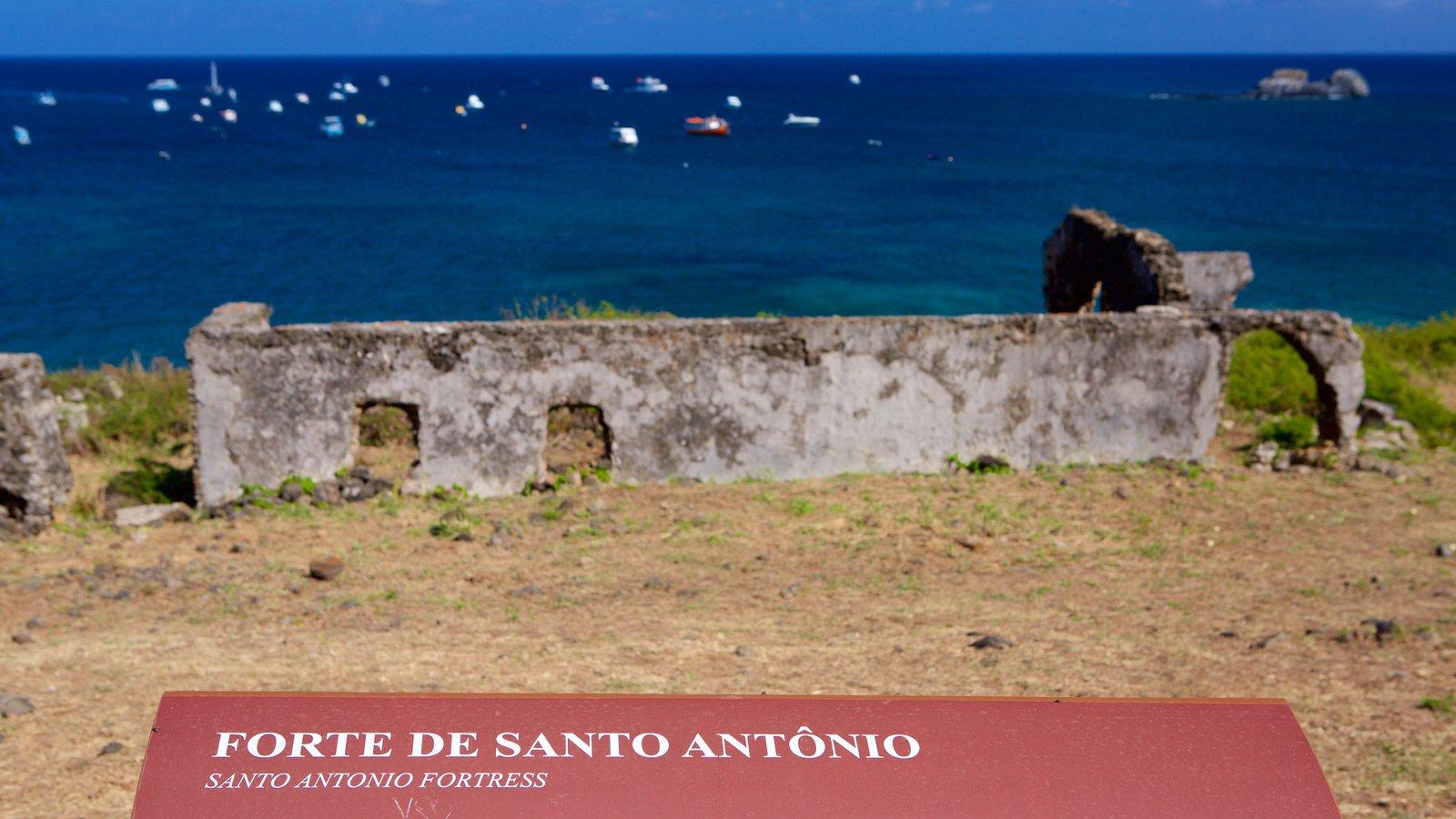 Ruínas do Forte de Santo Antônio mostrando uma ruína, elementos de patrimônio e paisagens litorâneas
