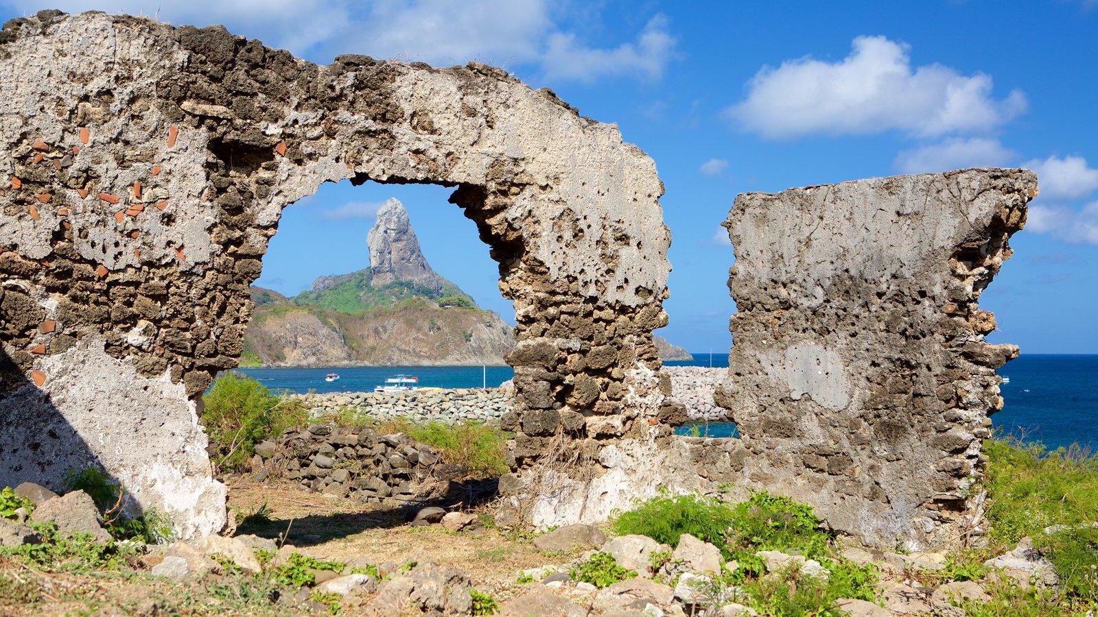 Ruínas do Forte de Santo Antônio caracterizando elementos de patrimônio, litoral rochoso e montanhas