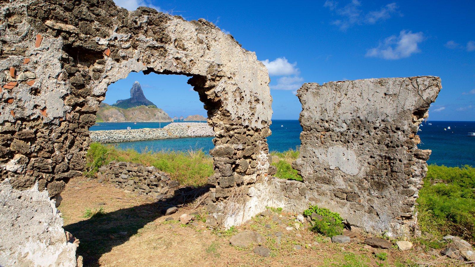 Ruínas do Forte de Santo Antônio que inclui paisagens litorâneas, montanhas e imagens da ilha