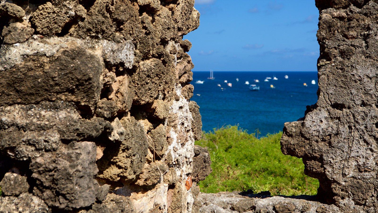 Ruínas do Forte de Santo Antônio caracterizando paisagens litorâneas, uma ruína e elementos de patrimônio