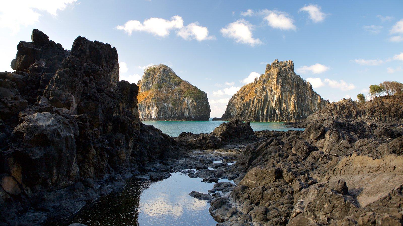 Baía dos Porcos que inclui litoral rochoso, paisagens da ilha e paisagens litorâneas
