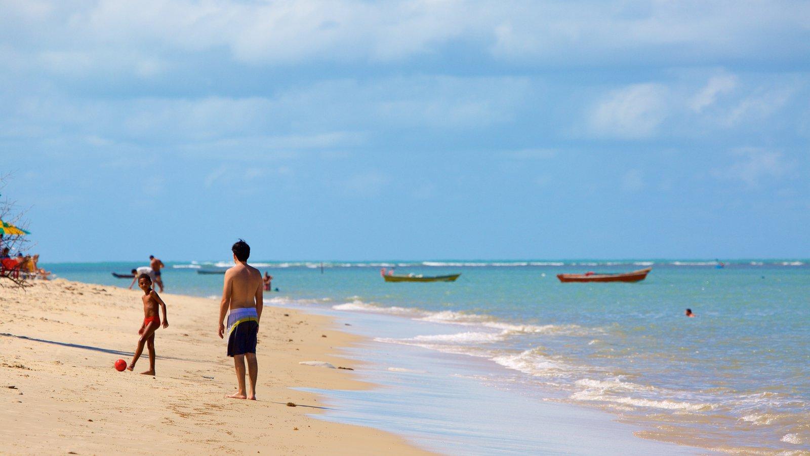 Praia do Mutá mostrando uma praia de areia e paisagens litorâneas assim como um pequeno grupo de pessoas