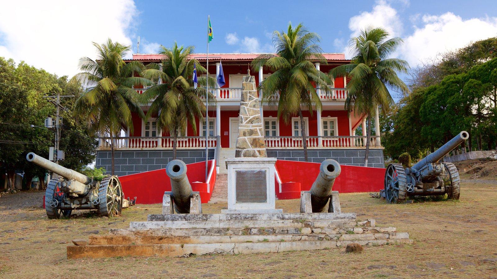 Palácio de São Miguel mostrando itens militares, um pequeno castelo ou palácio e um monumento