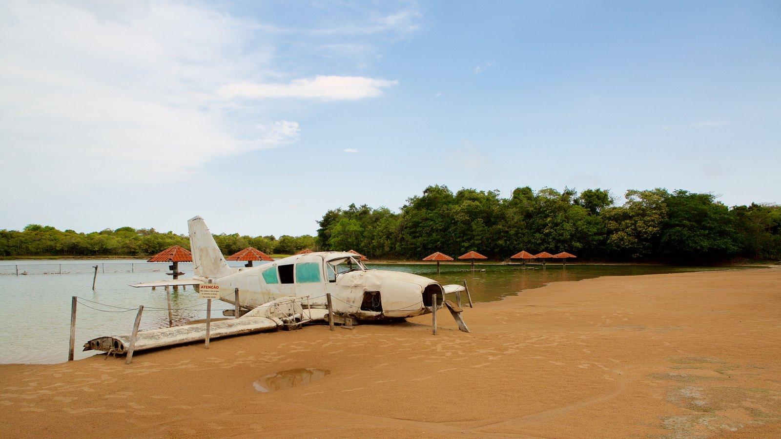 Praia da Figueira mostrando paisagens litorâneas, aeronave e uma praia de areia