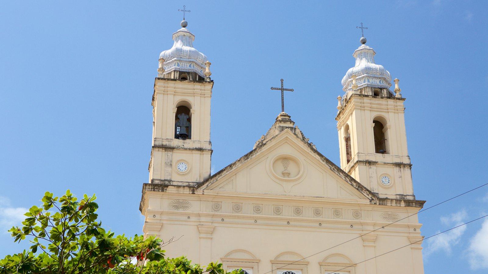 Catedral Metropolitana de Maceió mostrando elementos de patrimônio, elementos religiosos e uma igreja ou catedral