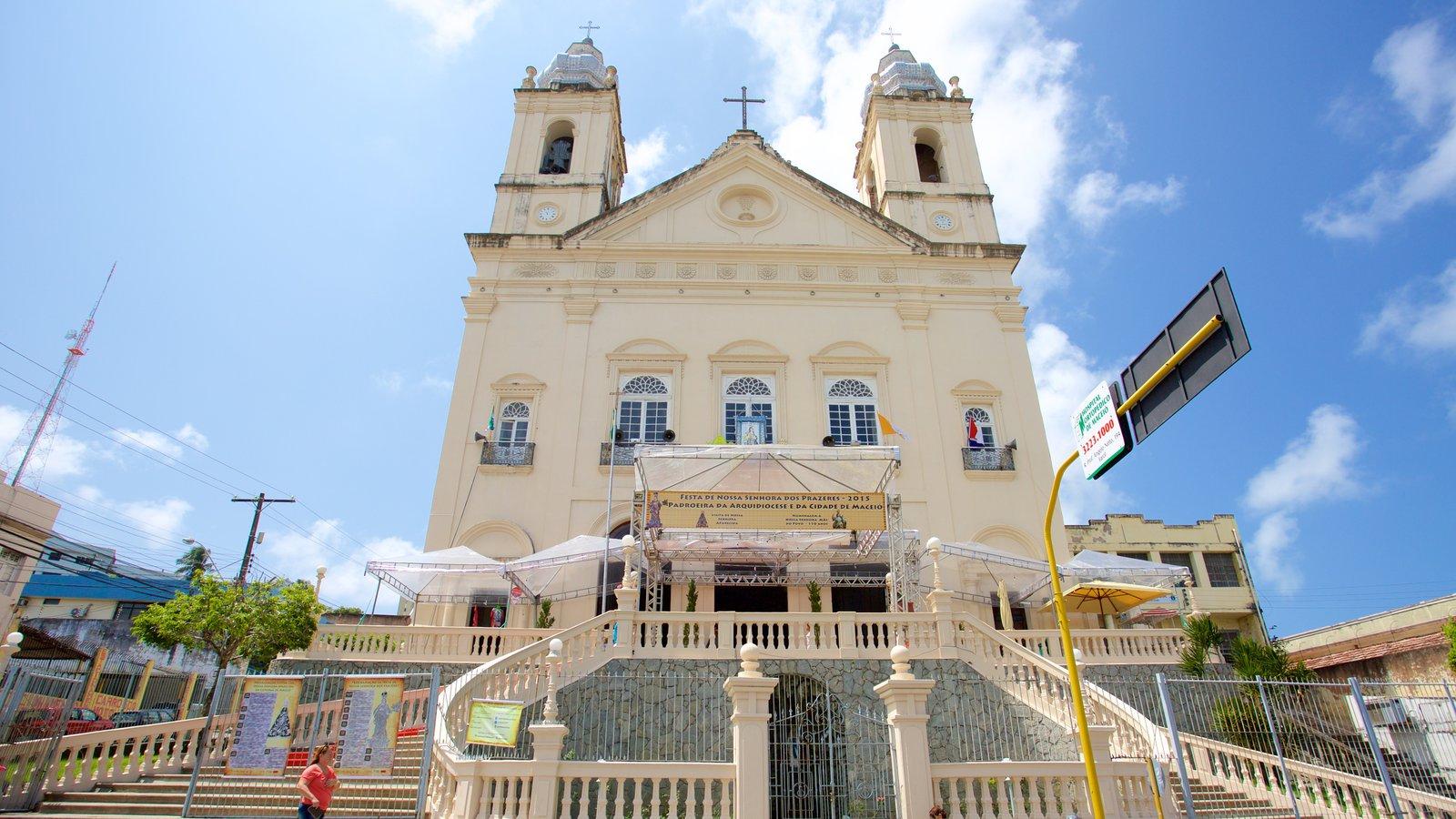 Catedral Metropolitana de Maceió mostrando aspectos religiosos, uma igreja ou catedral e elementos de patrimônio