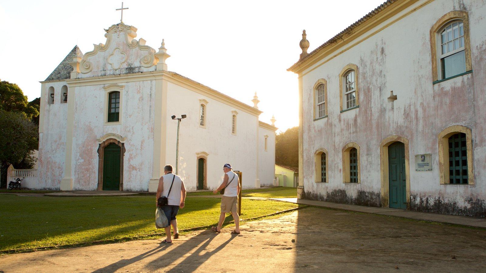 Porto Seguro mostrando elementos de patrimônio e uma igreja ou catedral assim como um pequeno grupo de pessoas