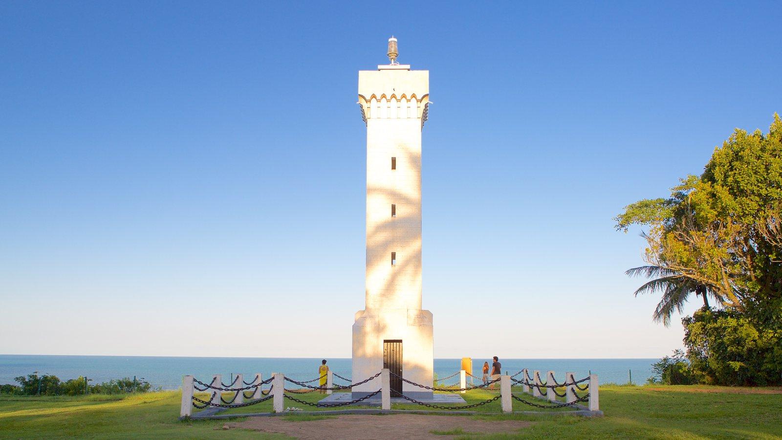 Porto Seguro que inclui paisagens litorâneas e um monumento