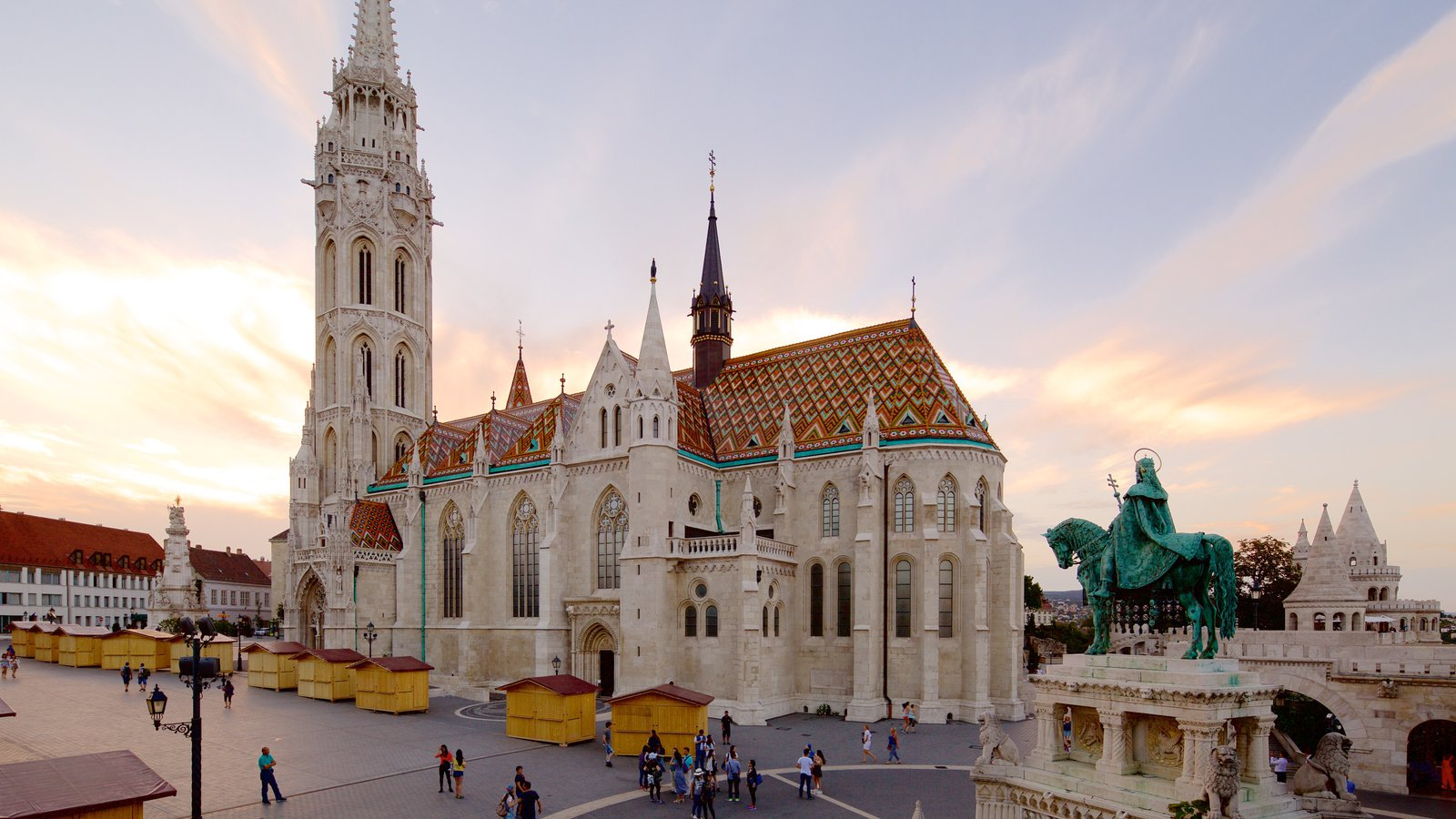 Matthias Church showing a statue or sculpture, a monument and heritage architecture