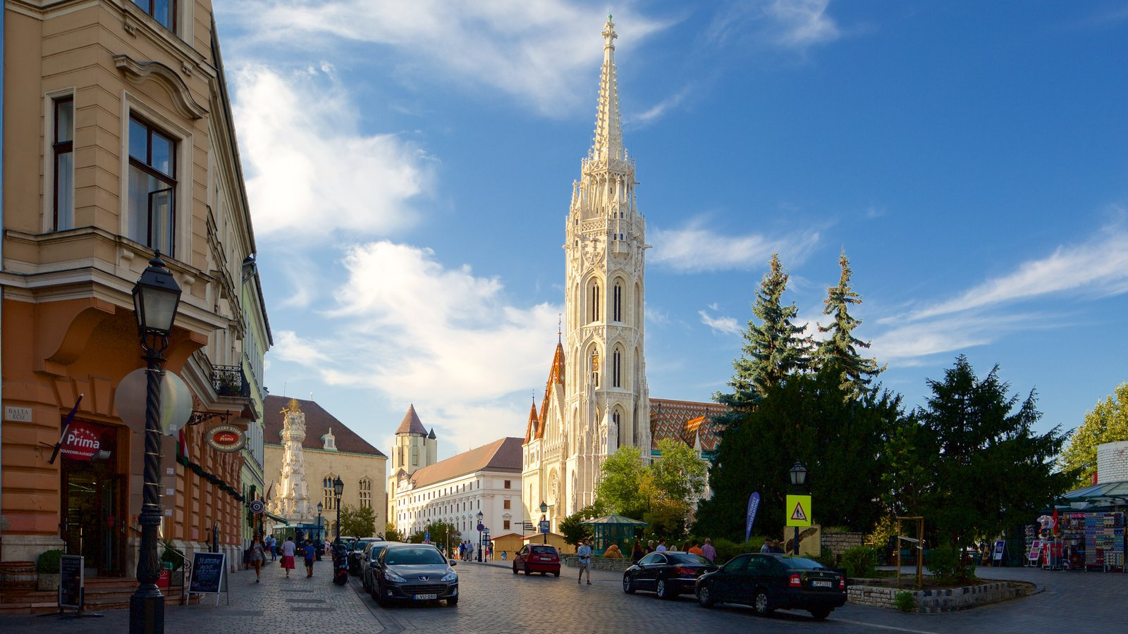 Matthias Church showing heritage architecture, street scenes and a city