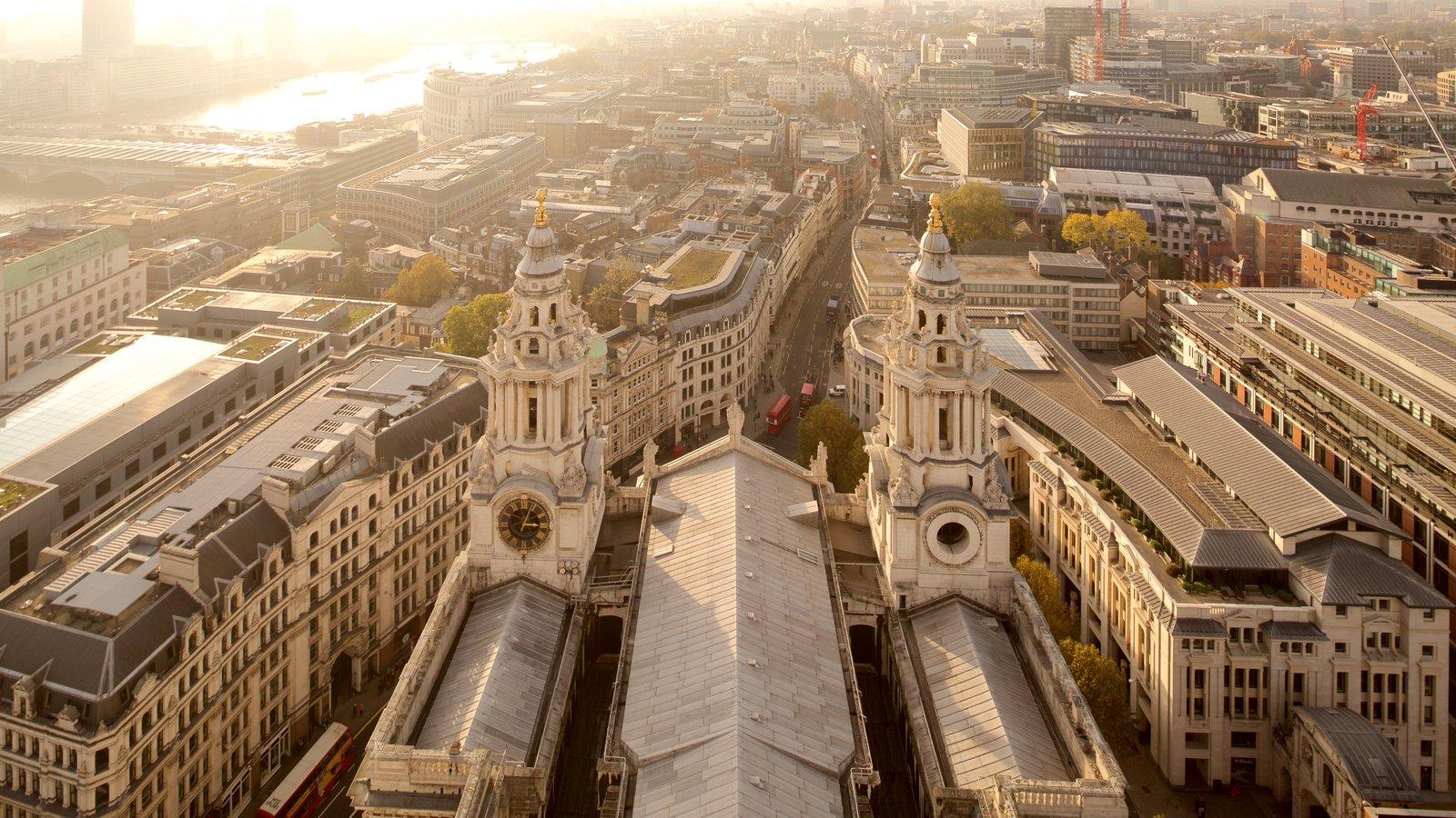 St. Paul\'s Cathedral mostrando uma cidade e arquitetura de patrimônio