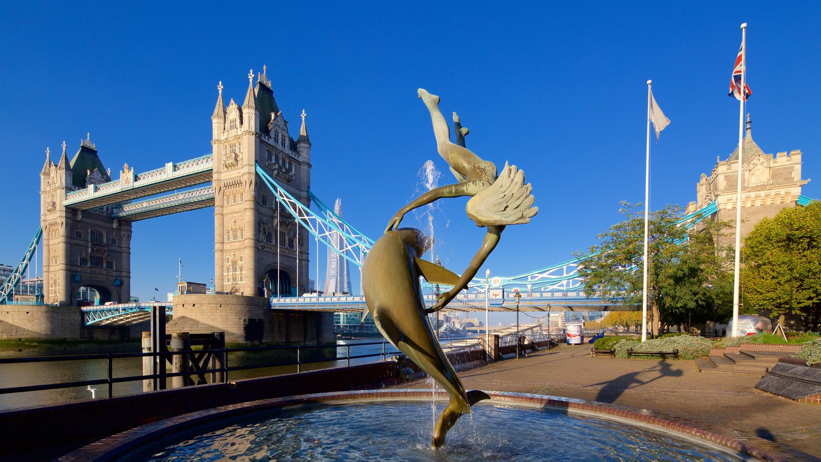 Tower Bridge which includes heritage architecture, a bridge and a fountain