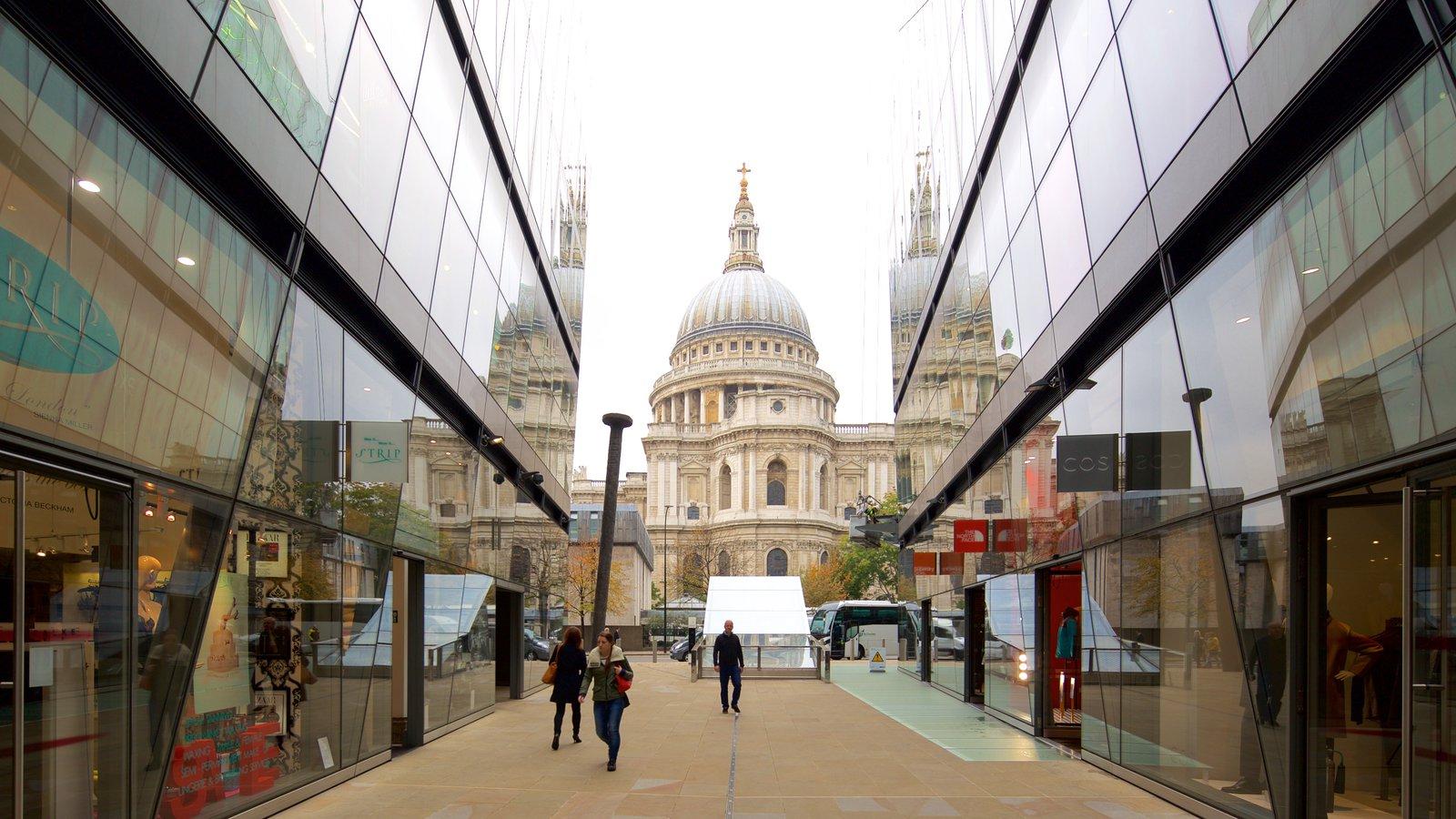 St. Paul\'s Cathedral caracterizando arquitetura de patrimônio, cenas de rua e uma igreja ou catedral