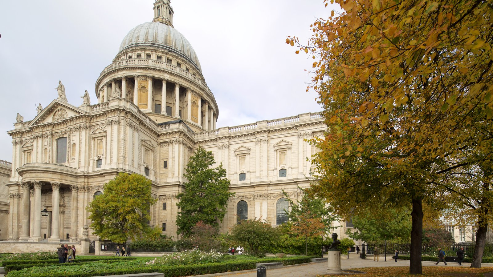 St. Paul\'s Cathedral mostrando arquitetura de patrimônio, um parque e uma igreja ou catedral