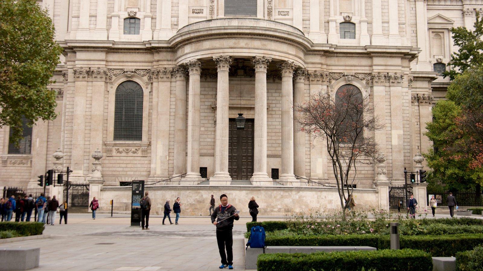 St. Paul\'s Cathedral mostrando arquitetura de patrimônio e uma igreja ou catedral assim como um homem sozinho