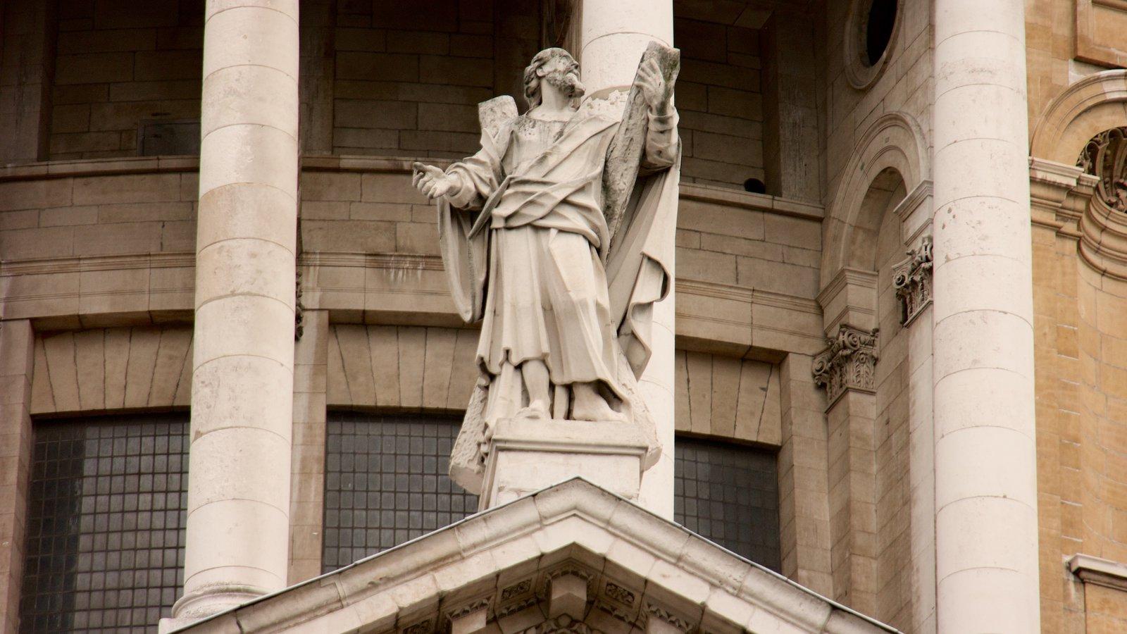 St. Paul\'s Cathedral que inclui uma igreja ou catedral e uma estátua ou escultura