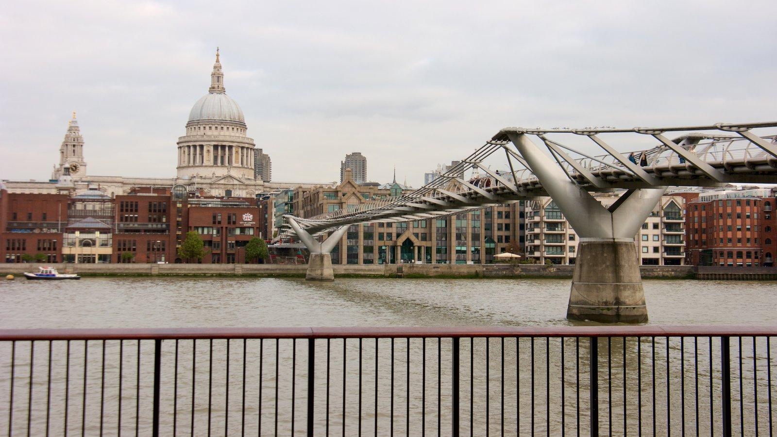 St. Paul\'s Cathedral caracterizando uma cidade, arquitetura moderna e um rio ou córrego