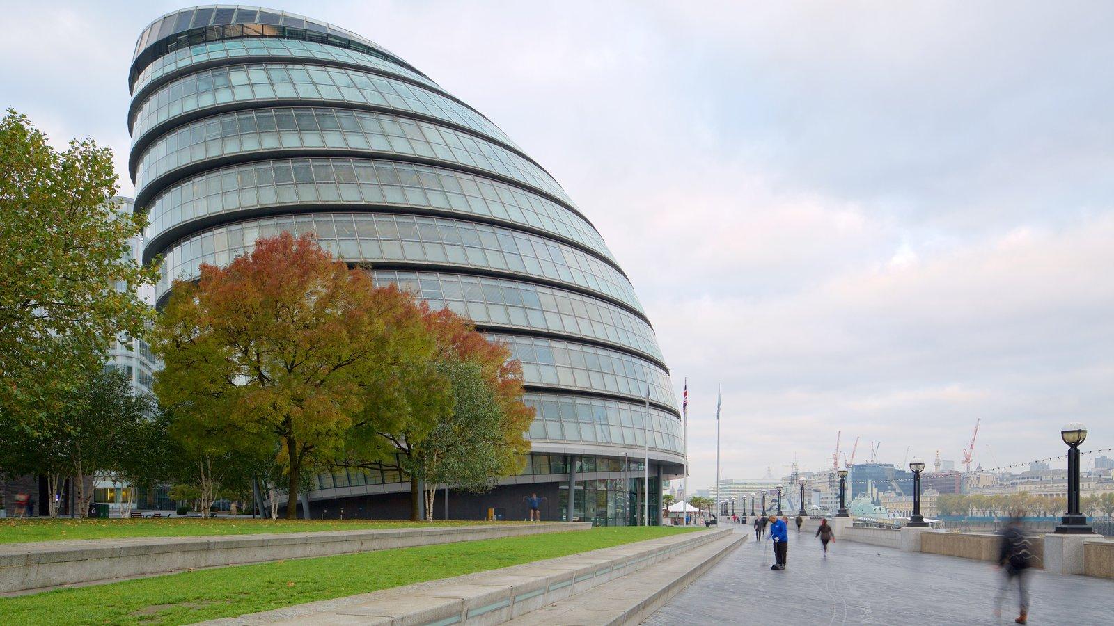 Ayuntamiento de Londres mostrando un edificio administrativo y arquitectura moderna