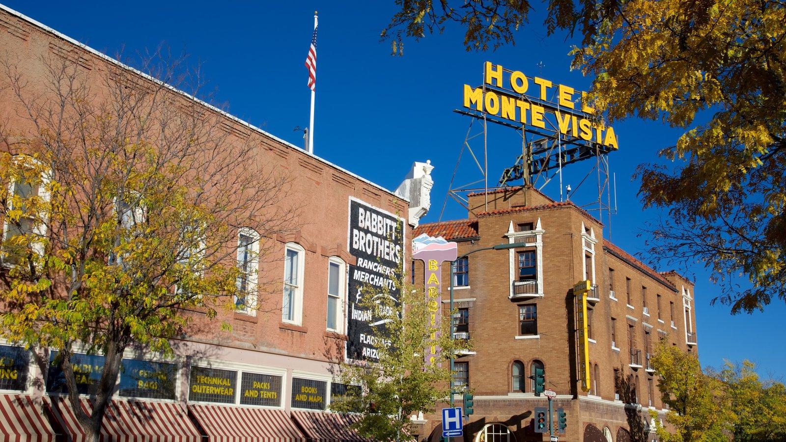 Flagstaff que inclui sinalização e um hotel