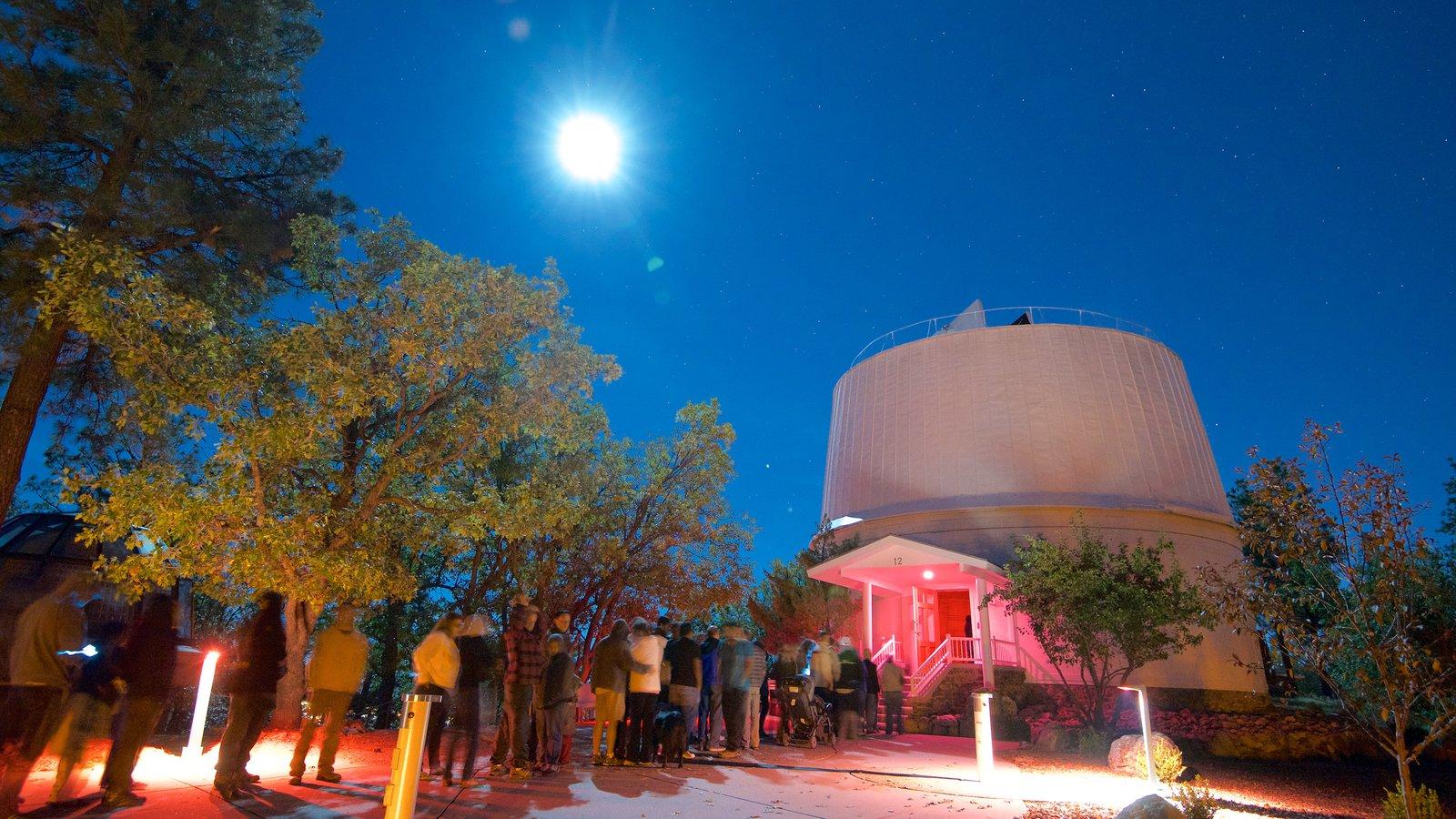 Lowell Observatory que inclui cenas noturnas e um observatório assim como um grande grupo de pessoas
