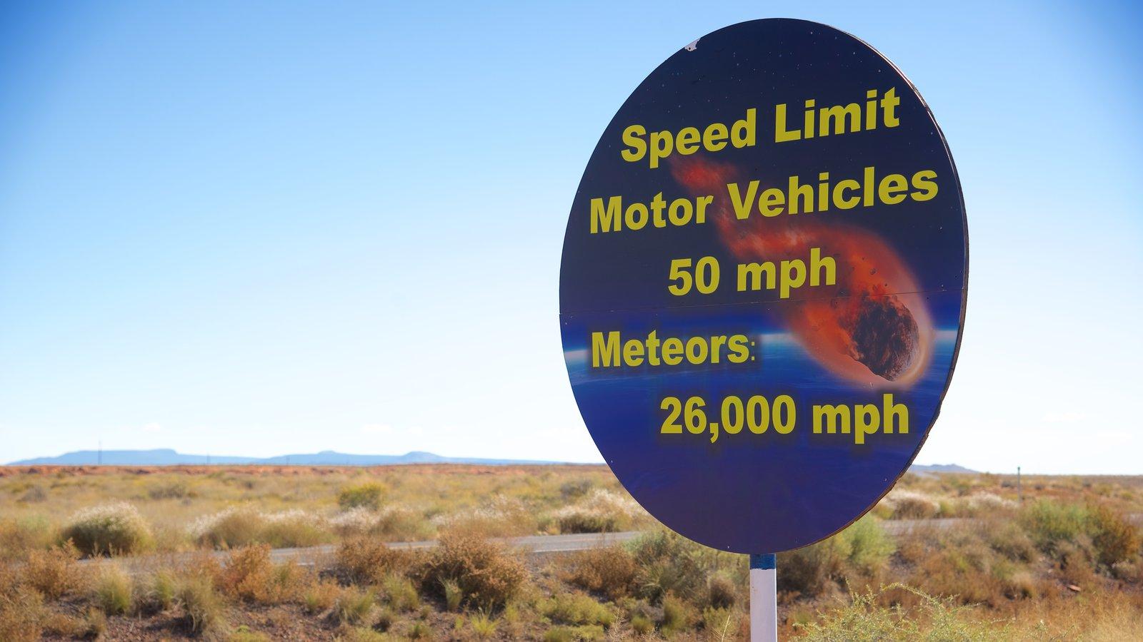 Meteor Crater mostrando paisagens do deserto, sinalização e cenas tranquilas