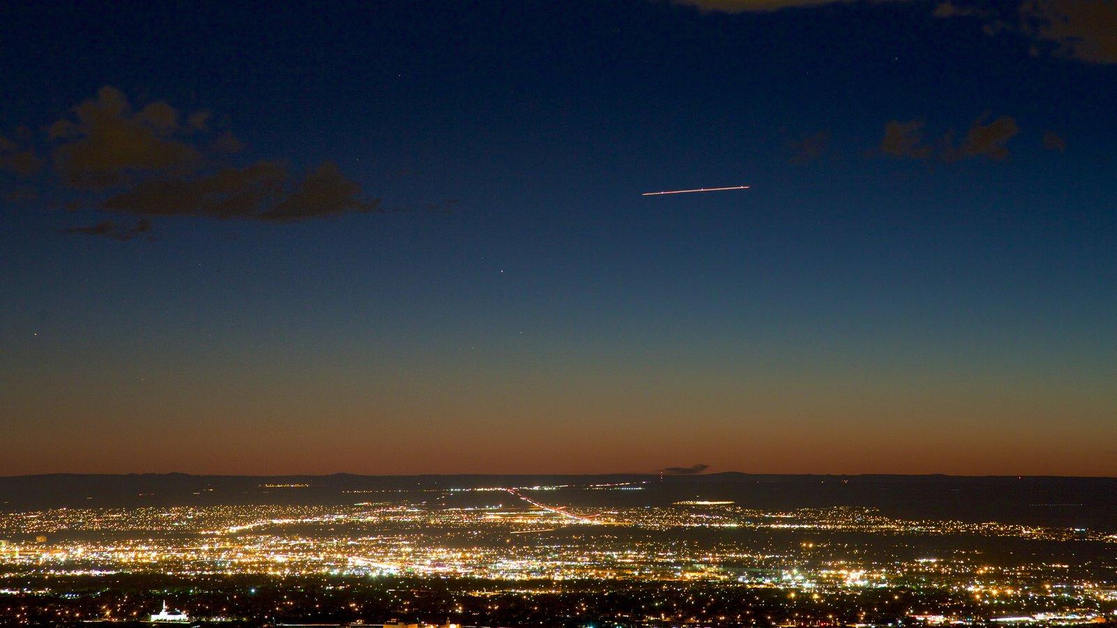 Albuquerque que incluye una puesta de sol y una ciudad