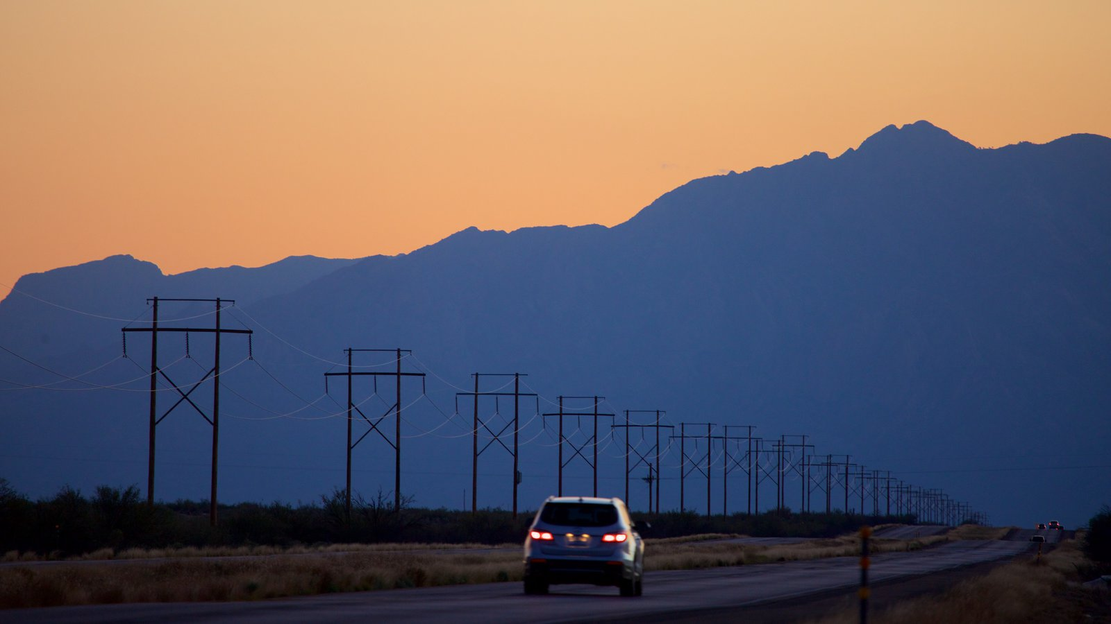 Poligono de misiles de White Sands que incluye turismo en vehículo, una puesta de sol y montañas
