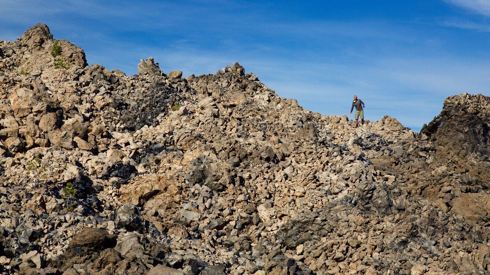 Newberry National Volcanic Monument ofreciendo montañas y escenas tranquilas