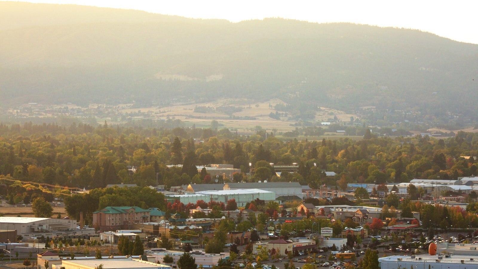 Medford mostrando una pequeña ciudad o pueblo y vistas de paisajes