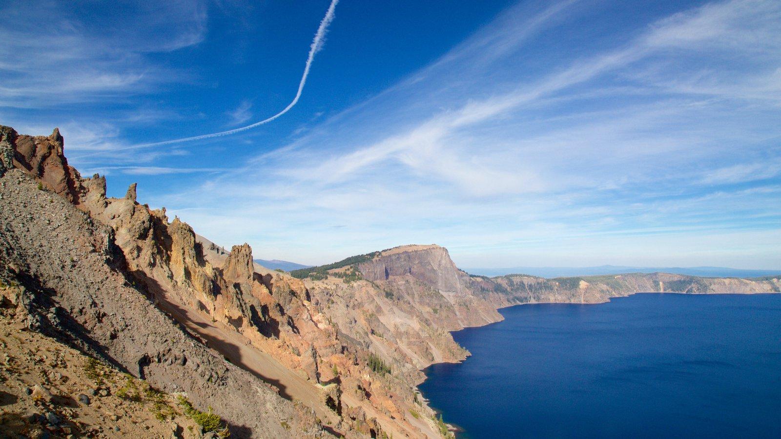 Parque Nacional Lago del Cráter mostrando montañas y un lago o abrevadero