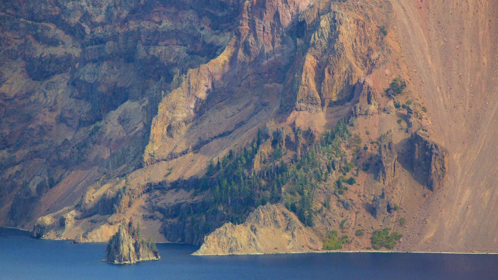 Parque Nacional Lago del Cráter mostrando escenas tranquilas, un lago o abrevadero y montañas