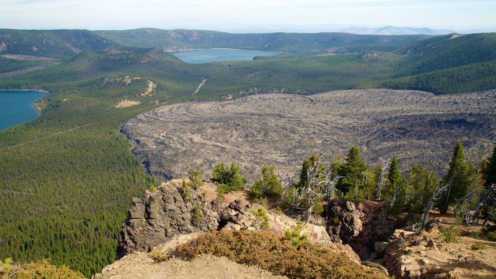 Newberry National Volcanic Monument ofreciendo vistas de paisajes