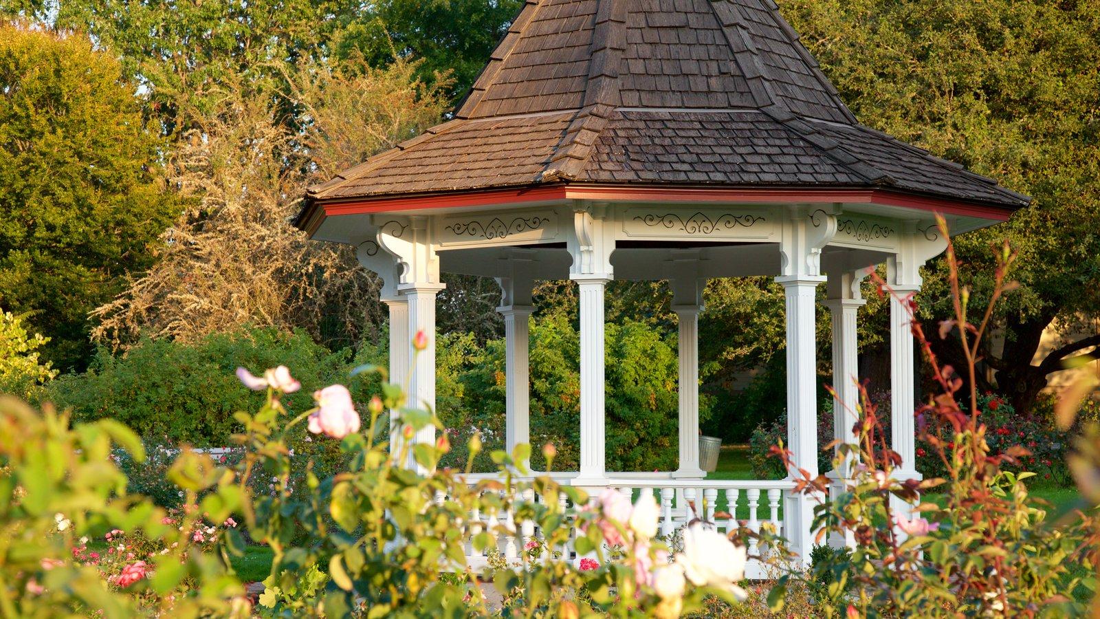 Bush House Museum mostrando un jardín