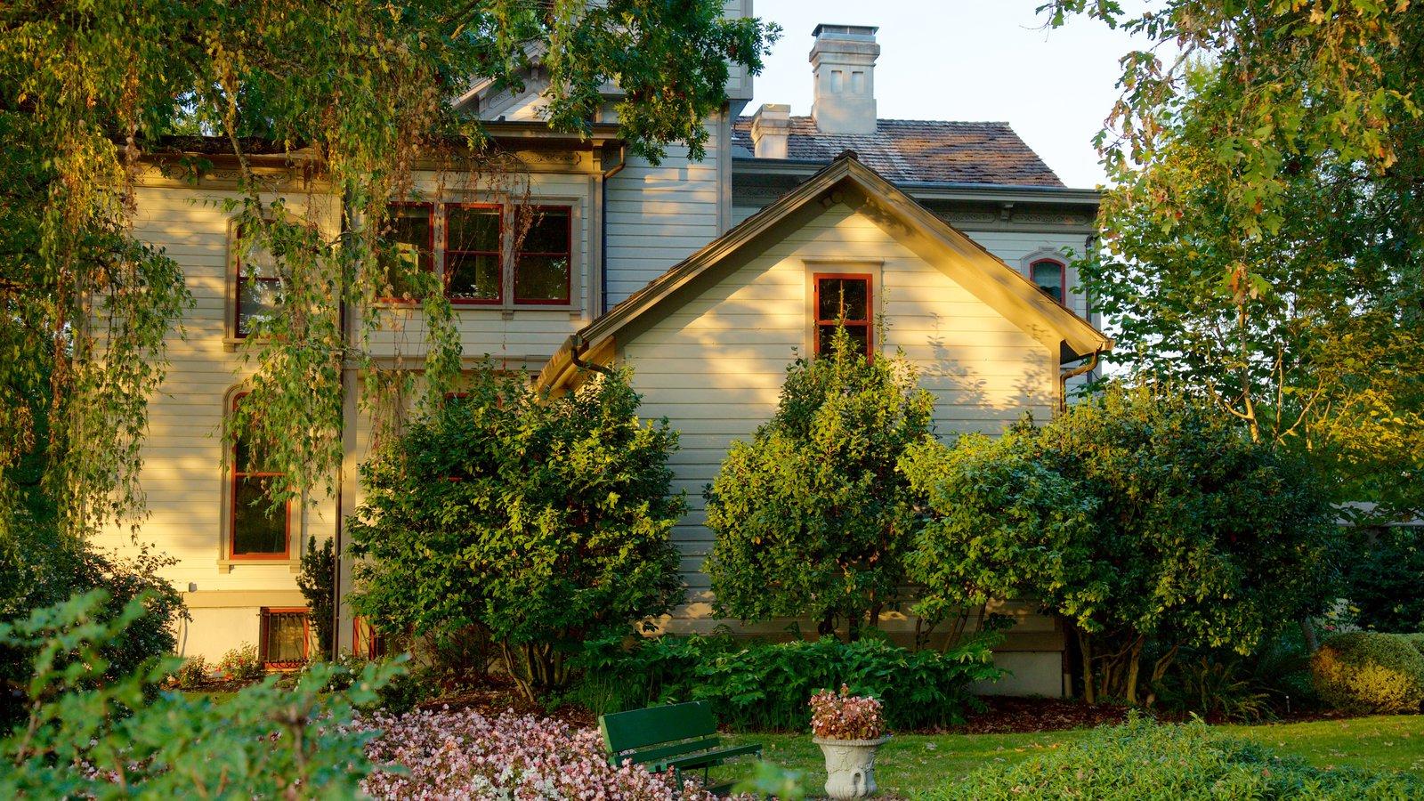 Bush House Museum que incluye una casa y un parque