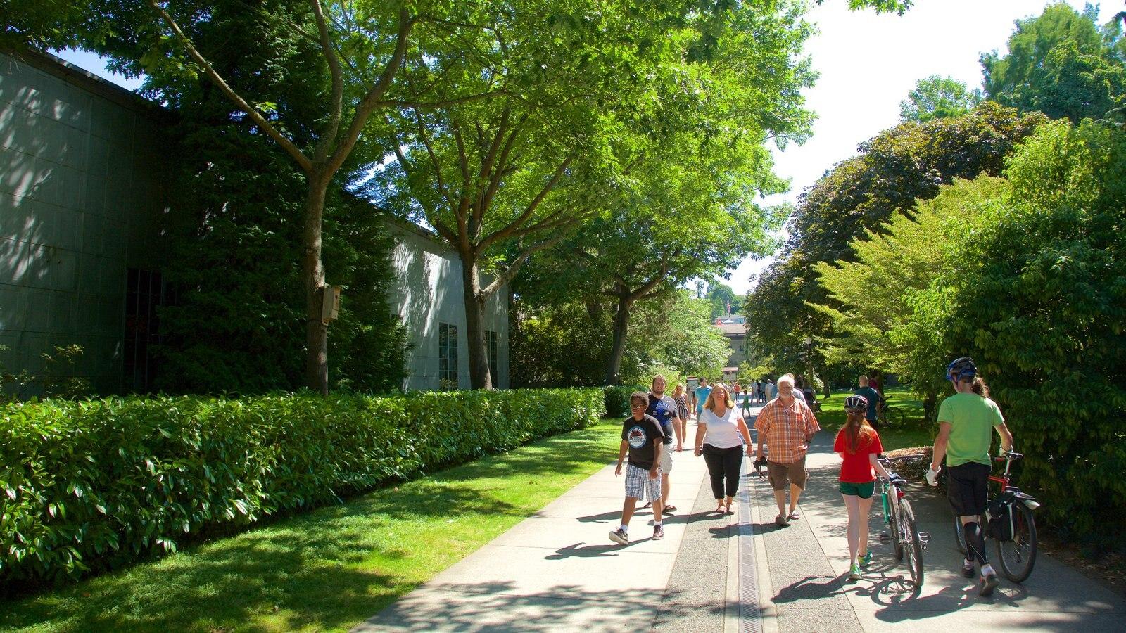 Hiram M. Chittenden Locks caracterizando um parque assim como um grande grupo de pessoas