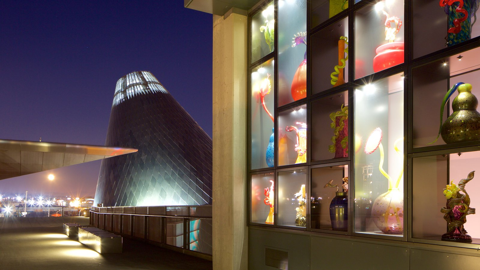 Museum of Glass mostrando arte, arquitetura moderna e cenas noturnas