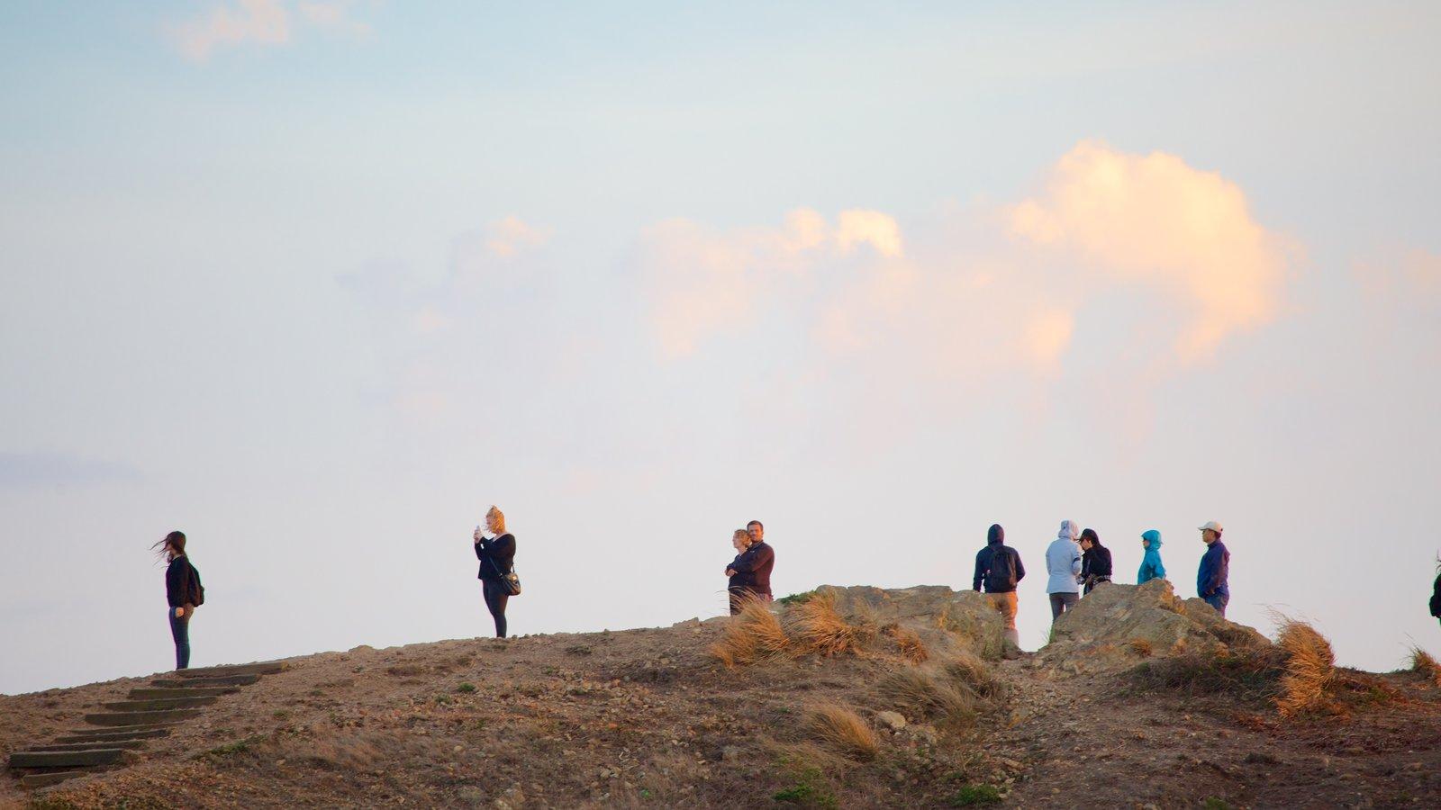 Twin Peaks caracterizando cenas tranquilas e escalada ou caminhada assim como um pequeno grupo de pessoas