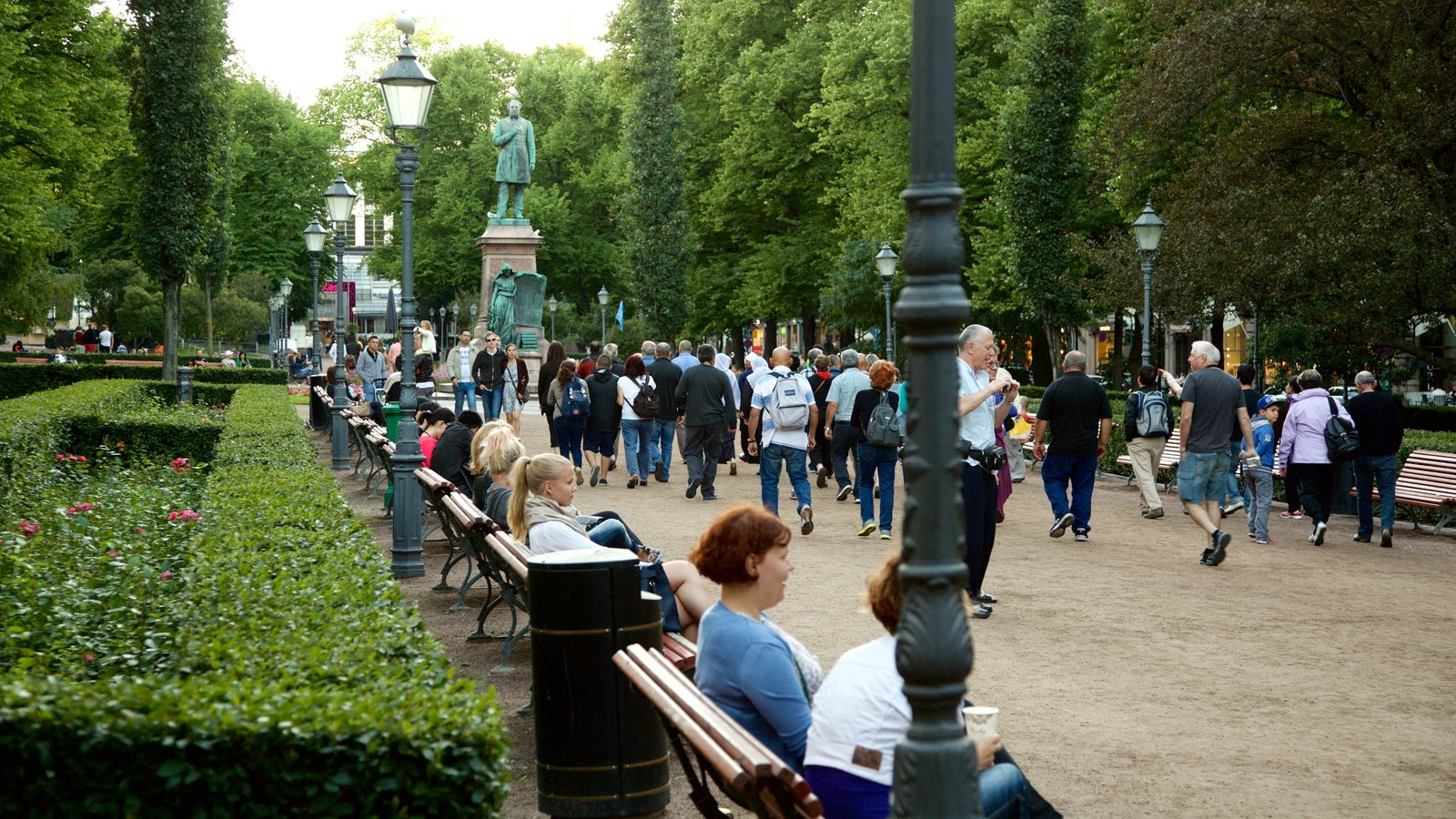 Esplanadi which includes a park and street scenes as well as a large group of people