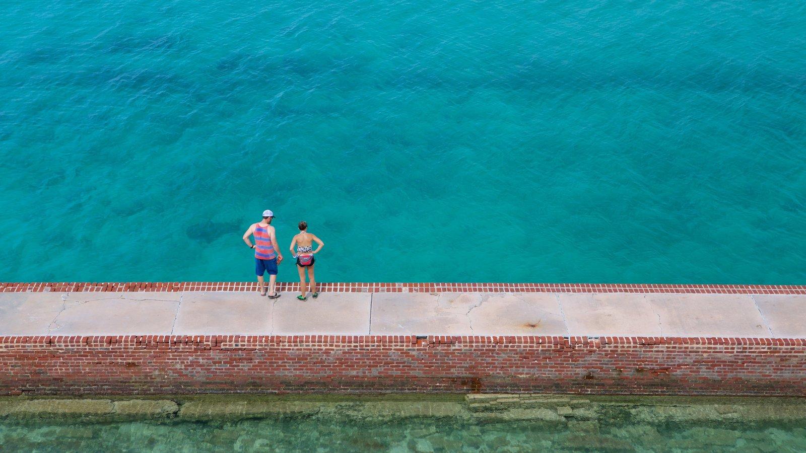 Flórida Keys que inclui paisagens litorâneas assim como um casal