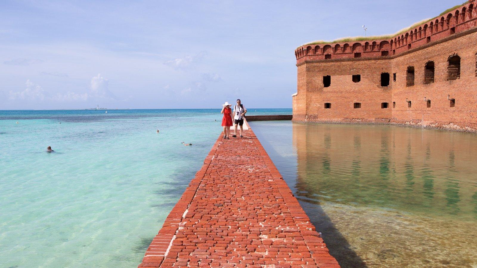 Dry Tortugas National Park caracterizando arquitetura de patrimônio e paisagens litorâneas assim como um casal