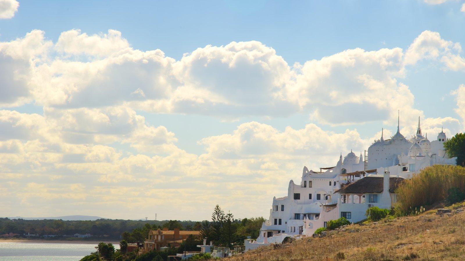 Punta Ballena mostrando uma cidade litorânea e arquitetura de patrimônio