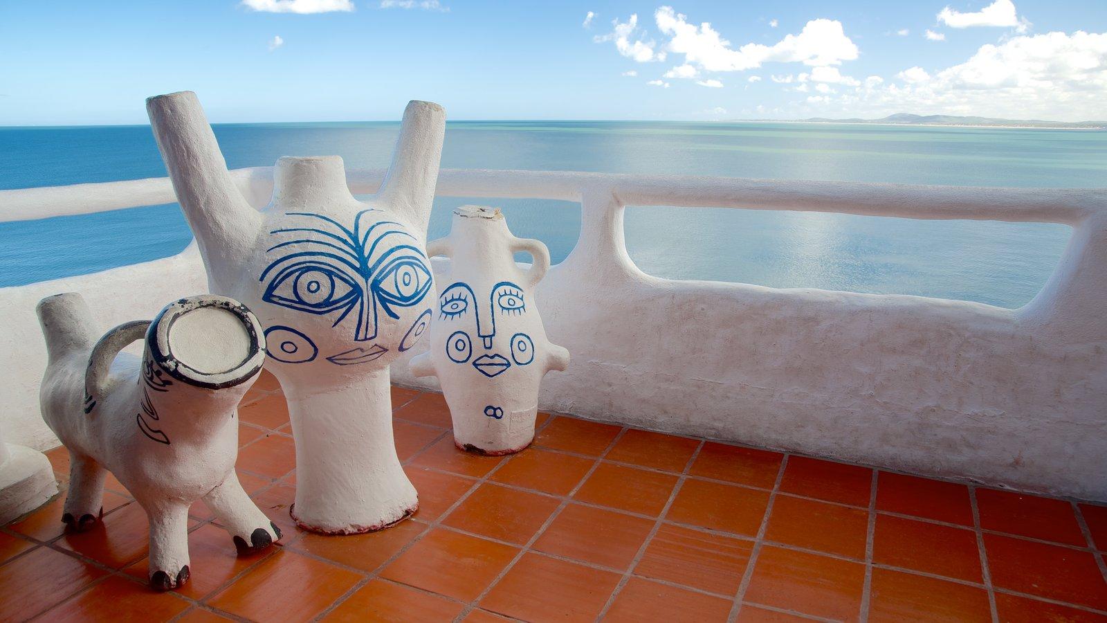 Punta Ballena que inclui paisagens litorâneas, arte e uma estátua ou escultura