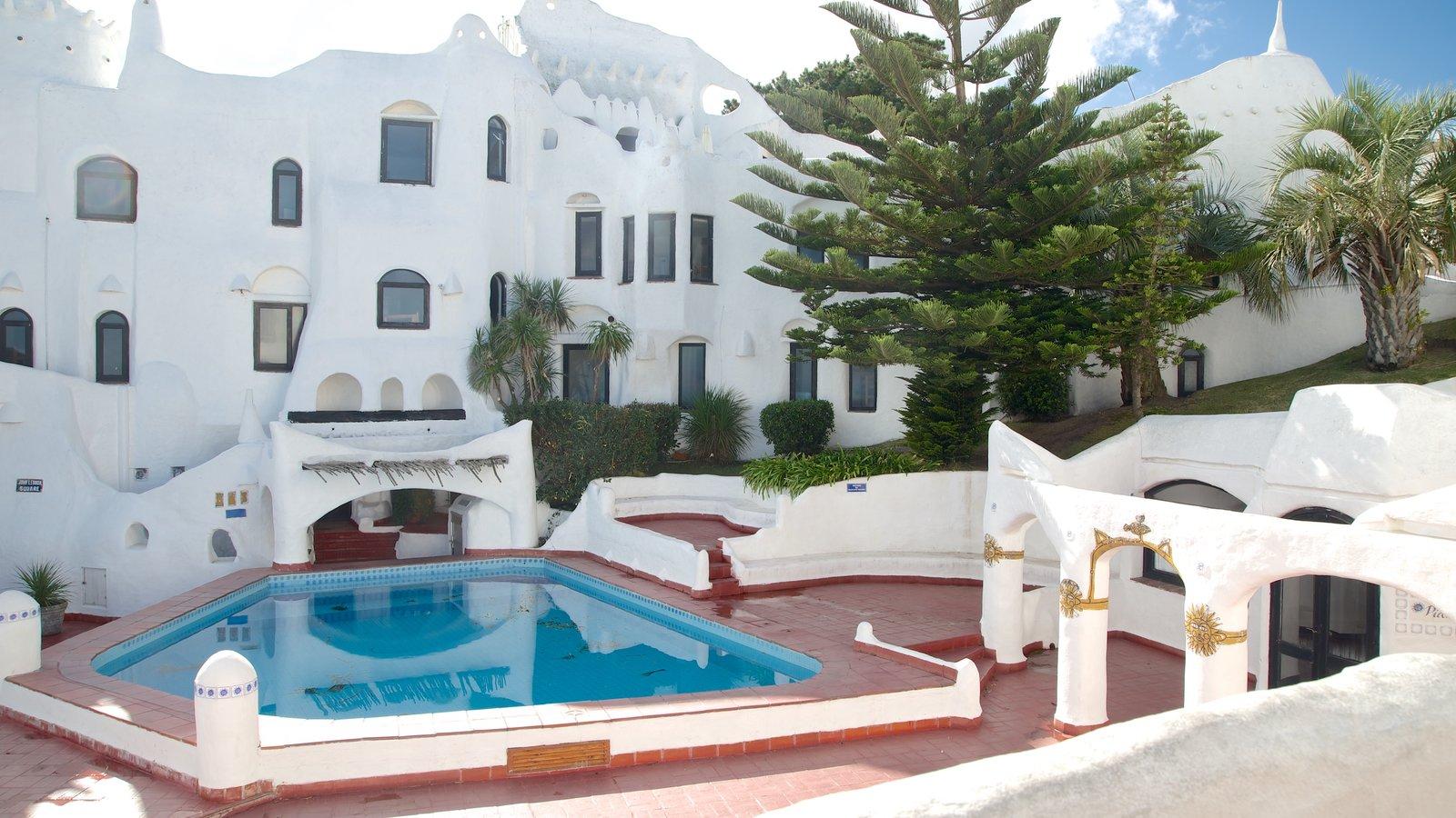 Punta Ballena mostrando uma piscina e arquitetura de patrimônio
