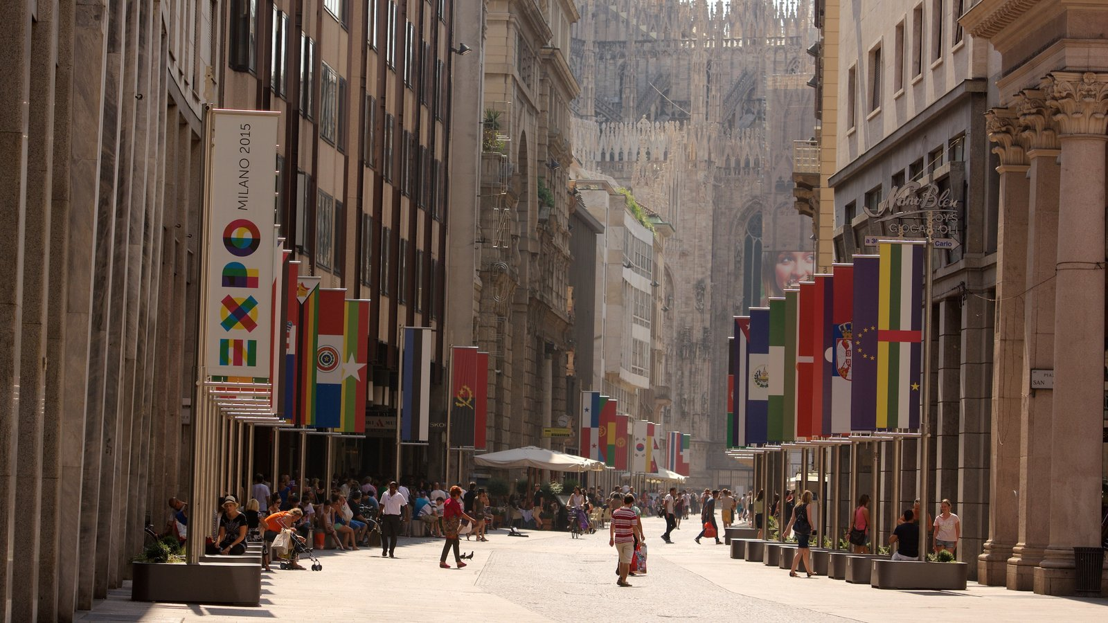 Milan showing central business district, street scenes and a city